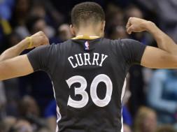 ARCHIVO - En imagen del 9 de abril de 2016, el base de los Warriors de Golden State Stephen Curry celebra durante un duelo cobn los Grizzlies en Memphis, Tennessee. Curry ha sido elegido el Jugador Más Valioso de la NBA por segundo año consecutivo, el martes 10 de mayo. (AP Photo/Brandon Dill, File)